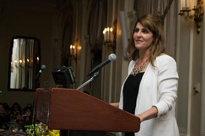 Nia Vardalos receives her award at Illuminations NYC. (PRNewsFoto/The American Fertility Association) (PRNewsFoto/THE AMERICAN FERTILITY...)