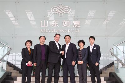 From right to left: Muke Qiu Assistant General Manager Shandong Ruyi Group, Madame Du Yuanshu CEO Shandong Ruyi Woolen Group, Qiu Yafu Chairman Shandong Ruyi Group, Jan D. Leuze CEO Peine GmbH, Qiu Dong President Shandong Ruyi Group, Madame GU Fengmai CFO Shandong Ruyi Group (PRNewsFoto/PEINE GmbH)