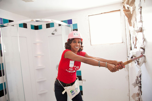 Holly Robinson Peete was among nearly 10,000 women who volunteered at Habitat construction sites this week across the country in recognition of National Women Build Week, May 4-12.  (PRNewsFoto/Habitat for Humanity International)