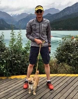 "Dion Leondard with dog ""Gobi"""