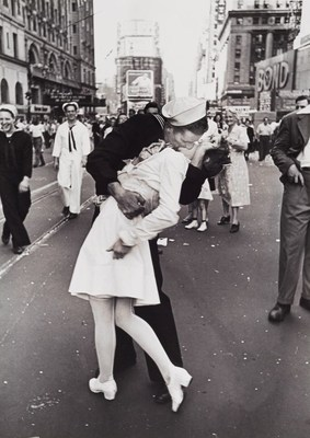 "Alfred Eisenstaedt (1898-1995) ""V-J Day Kiss in Times Square"", New York 1945 (C) WestLicht Photographica Auction. (PRNewsFoto/WestLicht Photographica Auction)"