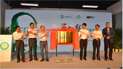 "A group photo taken at the launch ceremony for the ""Wu Zhengyi Botany Awards"" From left: president of the Yunnan Wu Zhengyi Science Foundation Yang Yongping, president of the Botanical Society of China Wu Weihua, vice president of the Chinese Academy of Sciences Zhang Yaping, head of the Yunnan Provincial Publicity Department Zhao Jin, vice governor of Yunnan Province He Duanqi and chairman of DR PLANT Xie Yong"