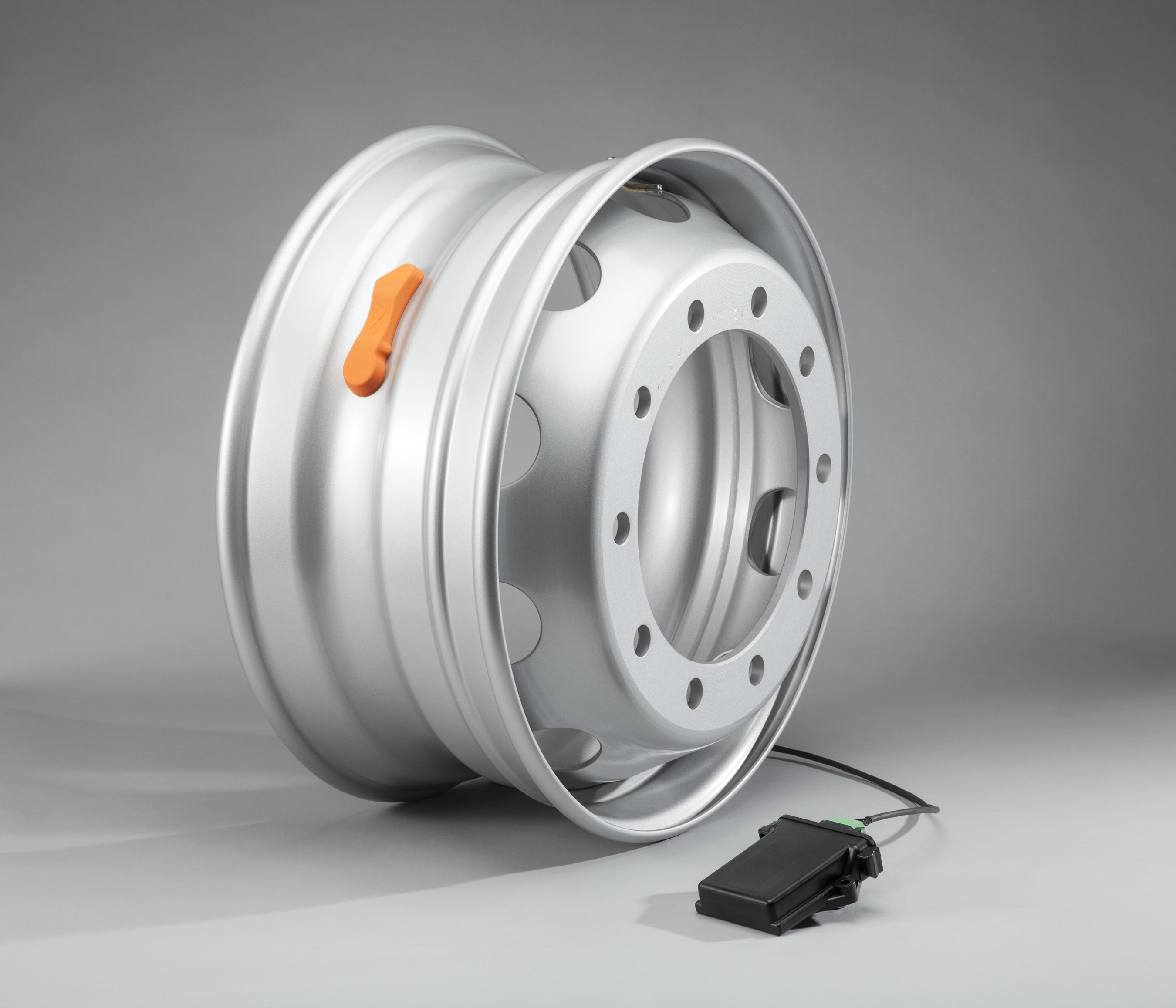 Maxion Wheels' MaxSmart(TM) commercial vehicle steel wheel collects comprehensive wheel and tire data and communicates it to driver and fleet as preventative safety-related intelligence.
