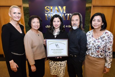Chadatip Chutrakul (Center) CEO Siam Piwat Co. Ltd. celebrated the success of Siam Center with the 2015 ICSC VIVA Award in the 'design and development. From left, Caroline Murphy Senior Executive Vice President Sales and Business Relation Siam Piwat Co. Ltd., Chanisa Chutipat President Siam Piwat Co. Ltd., Wicha Hanamornroongruang Consultant Siam Piwat Co. Ltd. and Mayuree Chaipromprasith, Senior Executive Vice President Business Promotion Siam Piwat Co. Ltd. at Siam Tower, Bangkok.