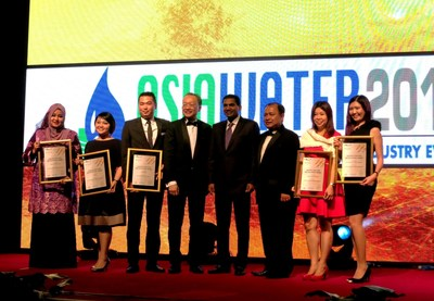 Presentation of Certificate of Recognition at rawr Awards Gala Dinner 2015 by Y Bhg Datuk Zulkefli Haji Sharif, CEO of MyCEB (no. 3 from right) and Y Bhg Dato' Vincent Lim, President of MACEOS (no. 4 from left) to Mr M Gandhi, Managing Director (ASEAN Business) of UBM Asia (no. 4 from right) and representatives of Asia Water, IFSEC Southeast Asia, Livestock Asia, TENAGA and REVAC.