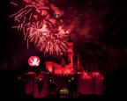 """FIESTA DE HALLOWEEN DE MICKEY (ANAHEIM, California) - Los espectaculares fuegos artificiales """"Halloween Screams"""" iluminan los cielos que rodean el Castillo de la Bella Durmiente en el parque de Disneyland, como parte del entretenimiento exclusivo de la edicion anual de la Fiesta de Halloween de Mickey. La Fiesta de Halloween de Mickey vuelve por 17 noches en 2016, a partir del viernes 23 de septiembre, y es una gran ocasion para que los invitados se vistan con su mejor ropa para pasar un buen rato macabro y disfrutar de sustos estacionales como Space Mountain Ghost Galaxy y Haunted Mansion Holiday. (Paul Hiffmeyer/Disneyland)"""