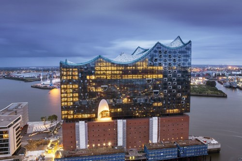 View of Elbphilharmonie Hamburg in the evening, Foto : www.mediaserver.hamburg.de / Thies Raetzke / Copy, link ...