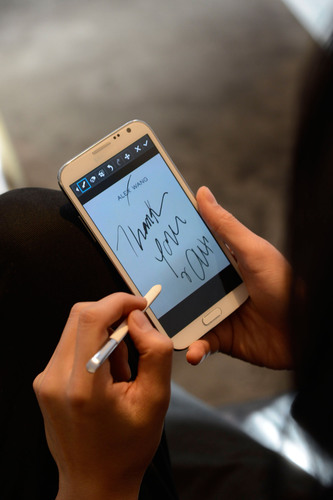 Alexander Wang uses Samsung GALAXY Note II to create the ultimate co-created fashion accessory.  (PRNewsFoto/Samsung Electronics Co., Ltd.)