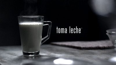"La nueva campana publicitaria de TOMA LECHE reforzara los beneficios de la leche con respecto al sueno. ""Duermes Bien.  Suenas Bien. TOMA LECHE."" / TOMA LECHE launches its new Hispanic ad campaign to reinforce milk's sleep benefits. ""Sleep Well (Duermes Bien).  Dream Well (Suenas Bien).  Drink Milk (TOMA LECHE).""  (PRNewsFoto/California Milk Processor Board (CMPB), TOMA LECHE / GOT MILK?)"