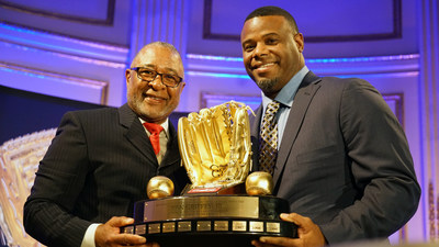 Ken Griffey, Jr. (right) receives a Rawlings Gold Glove Hall of Fame induction from Ozzie Smith at the Rawlings Gold Glove Awards in New York City on November 13, 2015.
