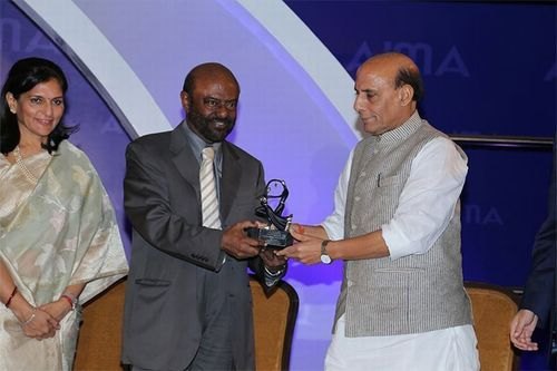 Mr. Shiv Nadar receiving the award from Mr. Rajnath Singh, Hon'ble Union Minister of Home Affairs, Government of India. (PRNewsFoto/HCL Technologies Ltd)
