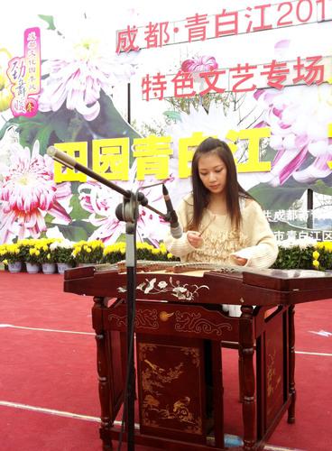 Dulcimer Girl States Her 'Requirement' at Chengdu's Qingbaijiang Chrysanthemum Festival: I Aim to