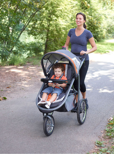 Graco's new FastAction Fold Jogger Click Connect combines the comfort and convenience of a traditional stroller with the performance and maneuverability of an all-terrain jogger. (PRNewsFoto/Graco) (PRNewsFoto/GRACO)