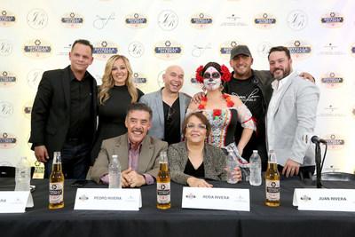 La familia de Jenni Rivera y Estrella Jalisco se reunieron despues de su tributo en holograma el sabado 29 de octubre de 2016, en Los Ángeles. (Casey Rodgers/AP Images para Estrella Jalisco)