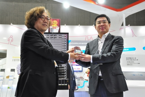Professor Shuji Nakamura (left) presented Mr. Yan Lida, President of Huawei's Enterprise Business Group (right) with the Best of Show Award for Huawei's S12700 agile switch. (PRNewsFoto/Huawei)