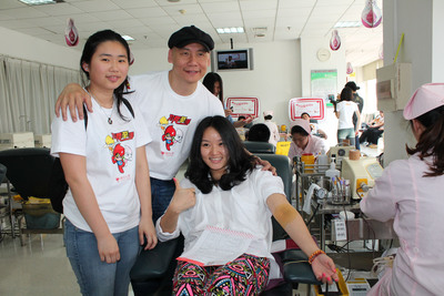 Micky Fung, founder and executive chairman of Touchmedia thanks his employees for giving blood the other day.  (PRNewsFoto/Touchmedia)
