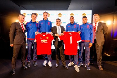 LEFT TO RIGHT: DENIS IRWIN, ANDER HERRERA, SAM JOHNSTONE, ANANT GUPTA (CEO, HCL TECHNOLOGIES), ASHLEY YOUNG, JESSE LINGARD, RICHARD ARNOLD (MD, MANCHESTER UNITED) (PRNewsFoto/HCL and Manchester United) (PRNewsFoto/HCL and Manchester United)