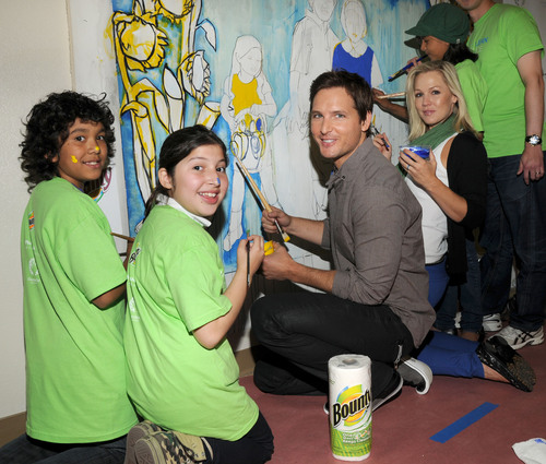 Peter Facinelli and Jennie Garth Lead Local Volunteers During Bounty's® 'Make a Clean Difference'