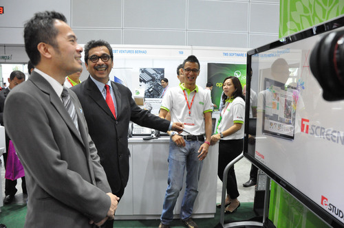William Ng, managing director of Business Media International (left) and Abu Bakar Mohd Diah (wearing red tie) visiting ITX Asia 2013.  (PRNewsFoto/Business Media International)