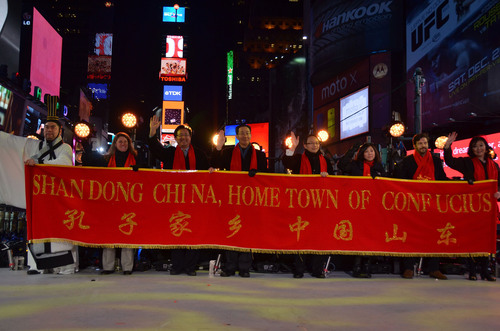 Confucius, Mr. Kong Lingtao, joined U.S. and Chinese officials including from the province of Shandong at the Times Square New Year's Eve countdown ceremony on Dec. 31, 2013. (PRNewsFoto/Sino-American Friendship Association, (SAFA)) (PRNewsFoto/SINO-AMERICAN FRIENDSHIP ASSOC.)