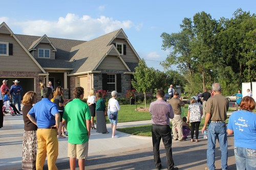 Auctioneer Tommy Williams with Williams & Williams Auction readies the crowd to participate in live auction of this newly constructed home in Broken Arrow, Oklahoma.  100 percent of the proceeds from the auction benefited Make-A-Wish of Oklahoma. (PRNewsFoto/Williams & Williams)
