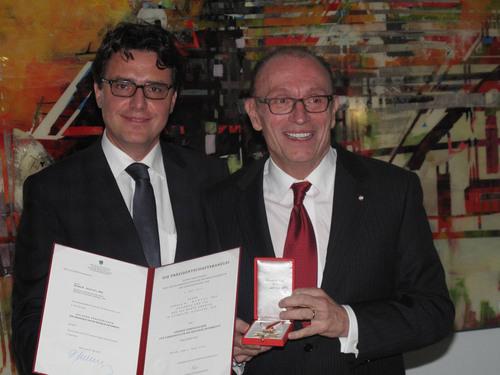 Austrian Consul General Thomas Schnoell (left) congratulates Don Manvel in Chicago.  (PRNewsFoto/AVL Americas)