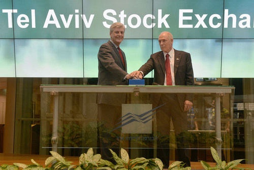 In the picture from right to left: Phil Bryant, Governor of Mississippi and Amnon Neubach, Chairman of the Board of TASE. (PRNewsFoto/Tel Aviv Stock Exchange) (PRNewsFoto/Tel Aviv Stock Exchange)