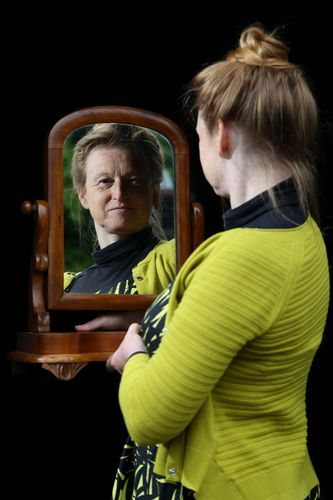 Independent expert and social historian Ruth Goodman with 1890 treasured item mirror (PRNewsFoto/UIA Insurance)