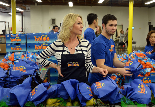 LOS ANGELES (February 5, 2014): Actress Jennie Garth celebrates a day of pure goodness with Wonderful Halos and Feeding America at the Los Angeles Regional Food.  (PRNewsFoto/Paramount Citrus)