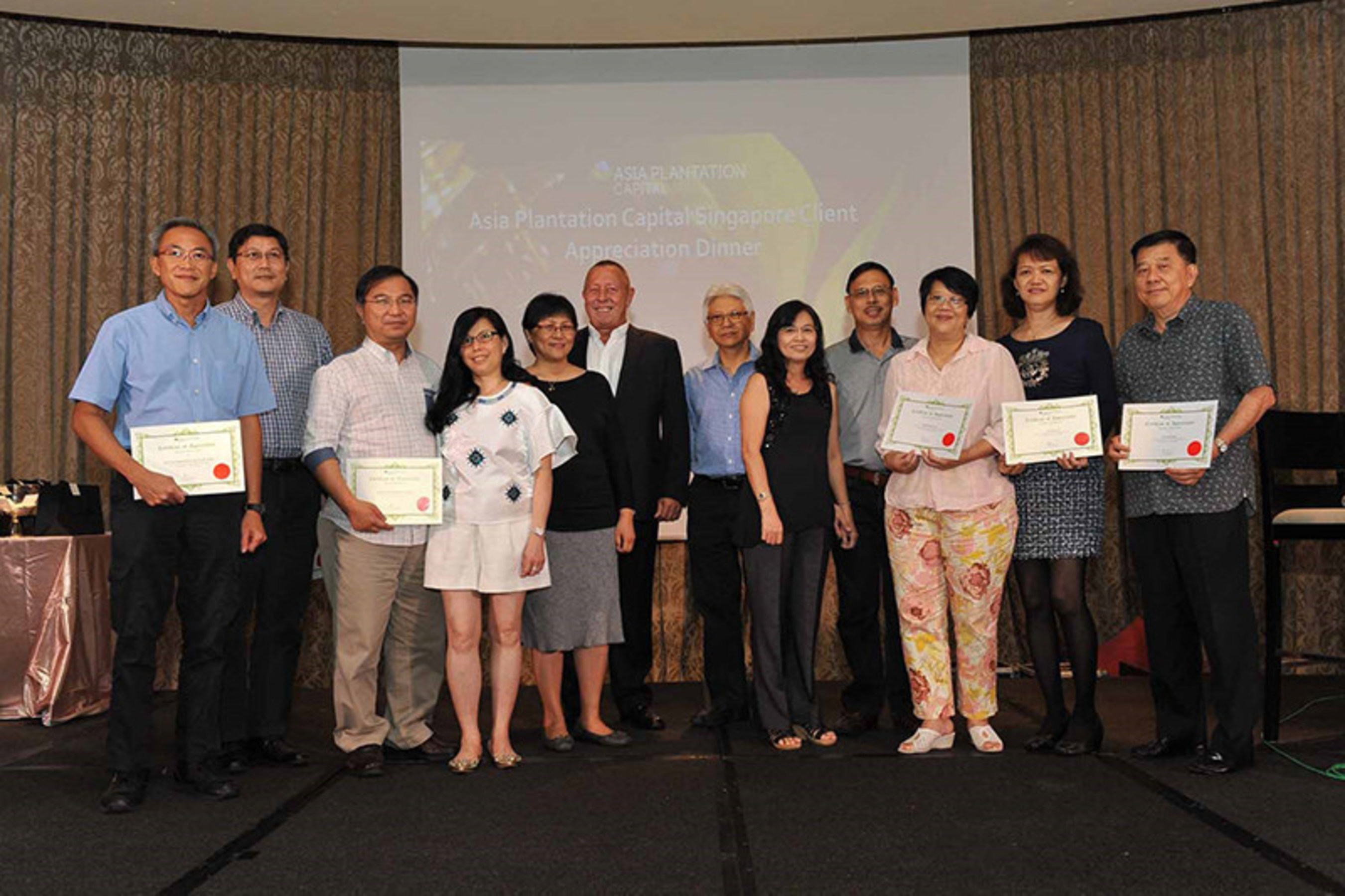 Asia Plantation Capital feiert mit Singapurs Pionierkunden der Adlerholz-Plantagen