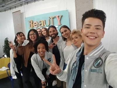 Les elèves du BeautyTUBE, la Beauty academy by L'Oreal Paris with YouTube (PRNewsFoto/L'Oreal Paris France)