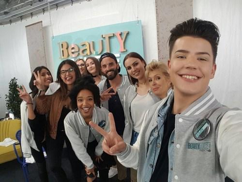 Les elèves du BeautyTUBE, la Beauty academy by L'Oreal Paris with YouTube (PRNewsFoto/L'Oreal Paris ...