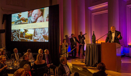 Dick Erath accepts !Salud! Legacy Award.  (PRNewsFoto/Tuality Healthcare Foundation)