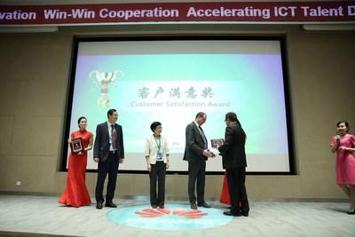 Dr. Stefan Weigand, Detecon, accepts the Huawei Customer Satisfaction Award (PRNewsFoto/Detecon International GmbH)