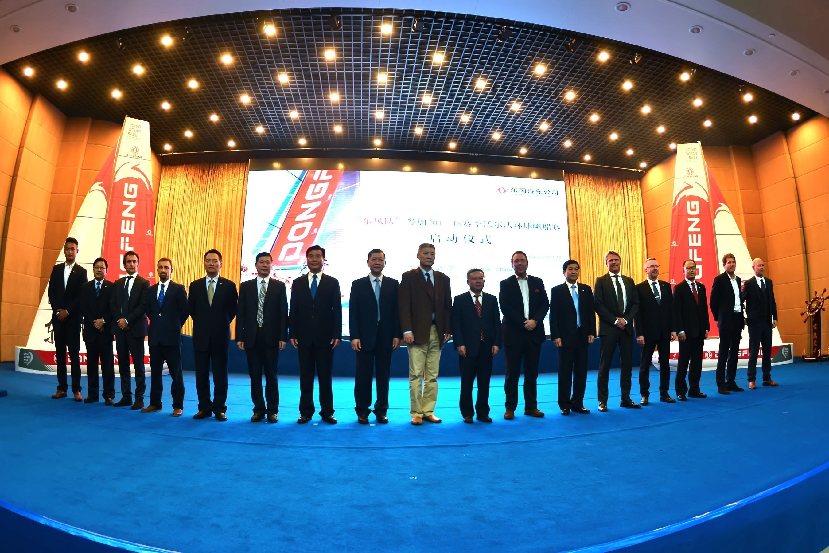 Executives from Dongfeng and attending guests jointly kicked off the launching ceremony.