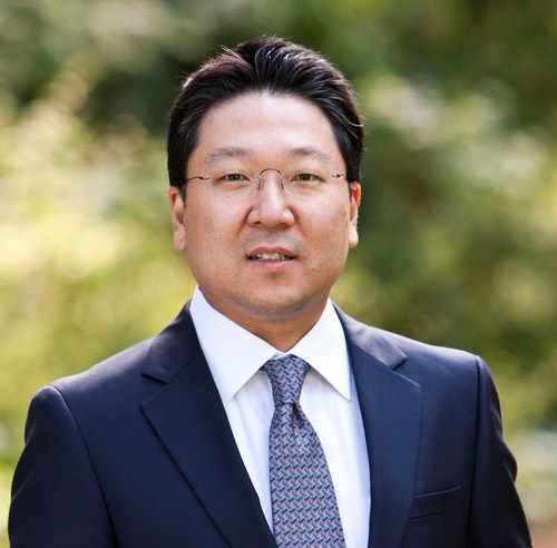 Dr. Charles K. Lee, Chief of Plastic Surgery and Director of Reconstructive Microsurgery, St. Mary's Medical Center (SMMC), San Francisco and Assistant Clinical Professor of Plastic and Reconstructive Surgery, University of California, San Francisco (UCSF) (PRNewsFoto/Medela AG)
