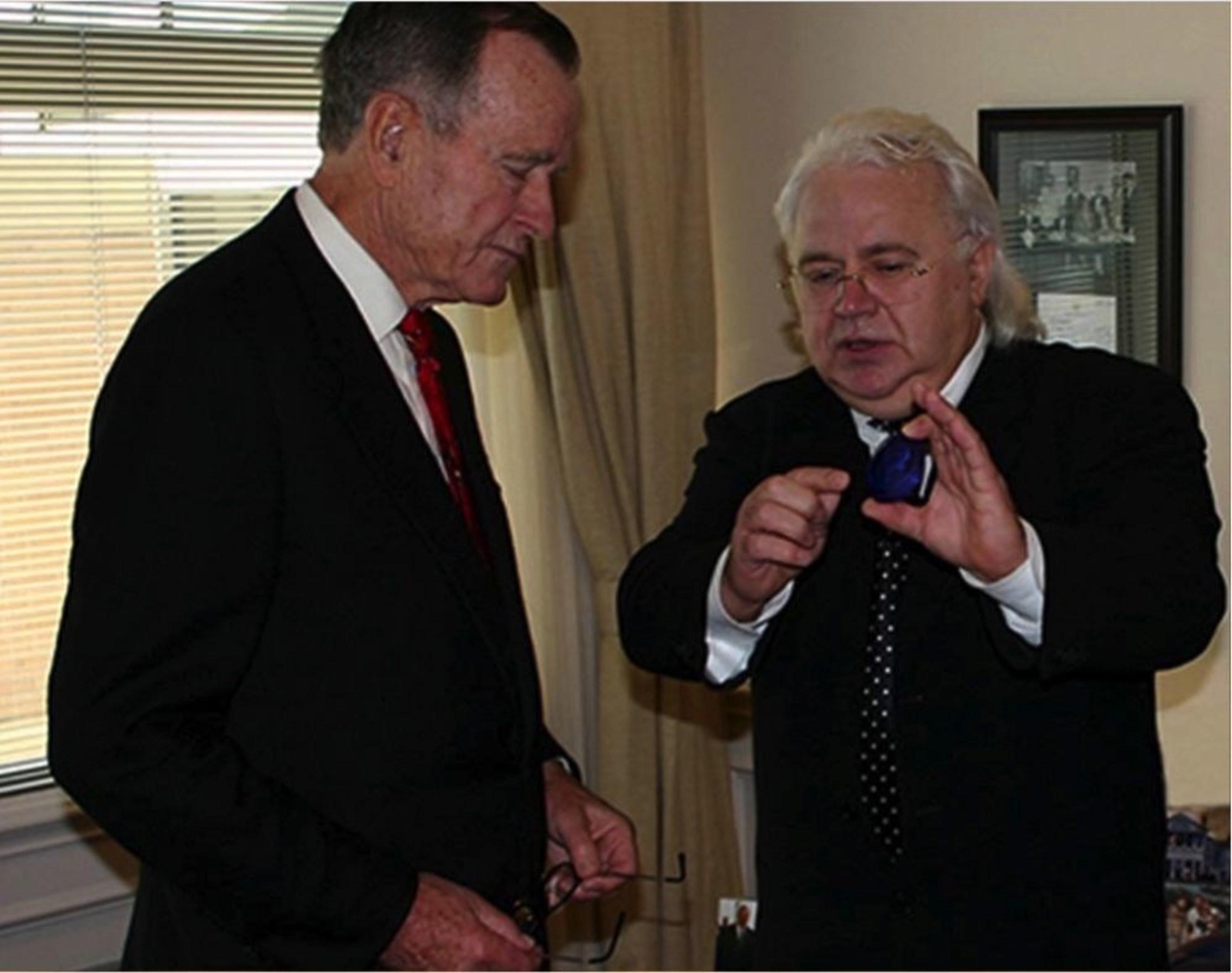 Viktor Petrik presents a portrait to George. W. Bush. (PRNewsFoto/Vip Art Ltd)