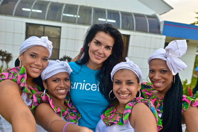 UNICEF Ambassador Angie Harmon poses for a photo with youth leaders who had performed a dance number as part of their peer-to-peer mentorship program in Bluefields, Nicaragua. (PRNewsFoto/U.S. Fund for UNICEF, Kike Calvo / Courtesy of the U.S. Fund for UNICEF)
