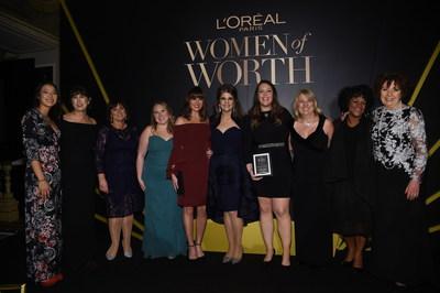 NUEVA YORK, NY - 16 DE NOVIEMBRE: Karen T. Fondu posa entre bambalinas con galardonadas en la Celebracion Mujeres de Valor de L'Oreal Paris 2016, el 16 de noviembre de 2016 en la Ciudad de Nueva York. (Foto de Jamie McCarthy/Getty Images para L'Oreal)