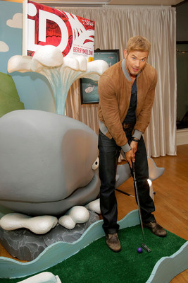 Guest host Kellan Lutz experiencing a real-life version of the online iD ArtCade at the iD Gum launch in NYC on Sept. 19.   (PRNewsFoto/iD Gum)