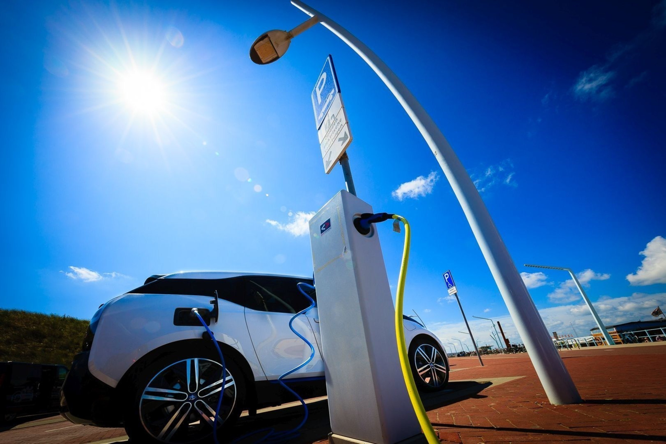 A full electric vehicle charging at a Smart Charging station in the city of The Hague (PRNewsFoto/Living Lab Smart Charging)
