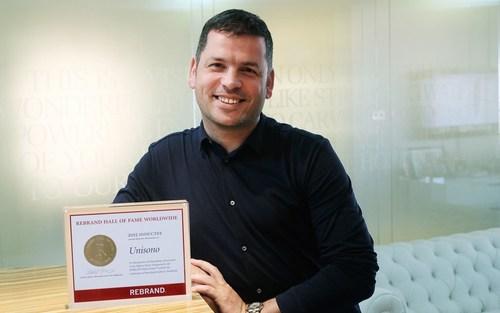 Executive Creative Director Liam Farrell with the REBRAND 100 Hall of Fame award (PRNewsFoto/Unisono, Bahrain)