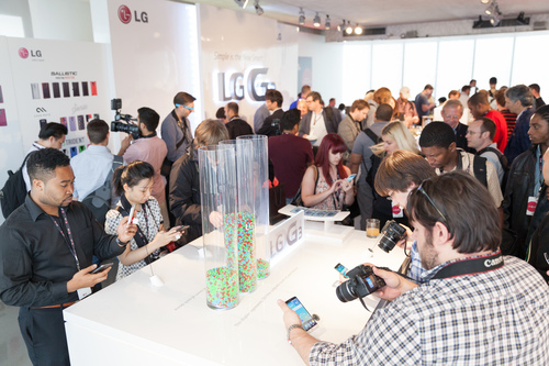 Attendees demo LG G3's key features at the global launch of LG G3 Tuesday, May 27, 2014, in New York (PRNewsFoto/LG Electronics MobileComm USA)