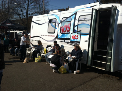 Consumers taking advantage of the Verizon FiOS mobile customer service center in Lindenhurst, NY.   (PRNewsFoto/Verizon)