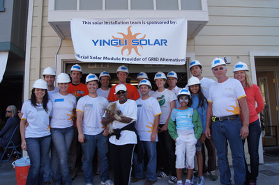 Yingli Americas Team with GRID Alternatives' Homeowner, Donna Merrida, in San Francisco.  (PRNewsFoto/Yingli Green Energy Holding Company Limited)