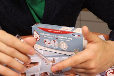 First self-administered HIV blood-screening test - autotest VIHÂ(R) (PRNewsFoto/AAZ)