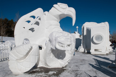 El Campeonato Internacional de Esculturas de Nieve, que se celebra este ano entre el 24 y el 28 de enero, genera una galeria temporal de esculturas al aire libre en el centro de Breckenridge, Colorado. ||  The International Snow Sculpture Championships, this year set for Jan. 24-28, gives rise to a temporary outdoor sculpture gallery in the center of downtown Breckenridge, Colorado. (GoBreck.com / Carl Scofield)  (PRNewsFoto/GoBreck)