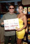 Wisin, artista que participo en La Persona del Ano 2015 de La Academia Latina de La Grabacion(R), compartio su historia de dedicacion con sus fanaticos. Por cada persona que comparta el hashtag #LatinosConDedicacion, del 16 de noviembre de 2015 al 3 de enero de 2016, Honey Bunches of Oats(R) donara 11 comidas ($1) a la organizacion Feeding America(R), con el objetivo de entregar hasta 110 mil comidas.