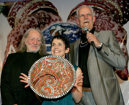 """Willie Nelson receives The Nobelity Project's inaugural """"Feed the Peace"""" Award, which is now named in his honor.  (PRNewsFoto/The Nobelity Project)"""