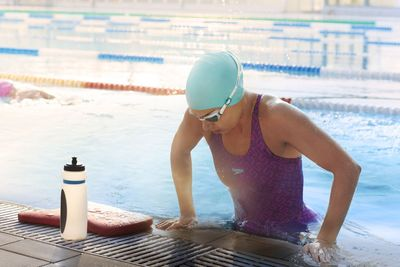 Swimmer wears Speedo Monogram Pullback and Aquapure goggles after a training session using a Speedo Elite Kickboard.